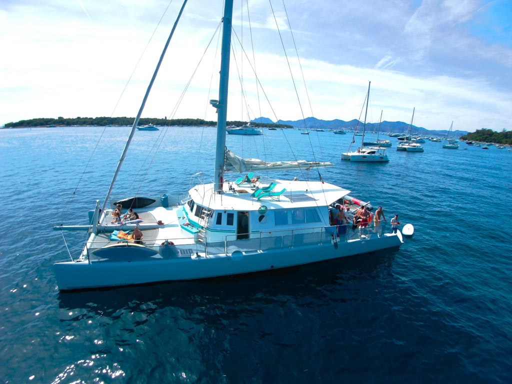 Optez pour la découverte d'Antibes à bord d'un catamaran